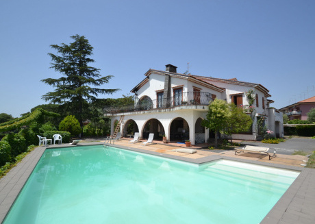 Villa with a pizza oven, a private swimming pool at 10km from the beach