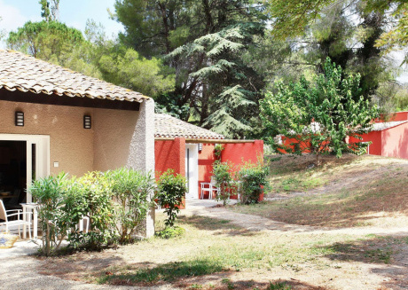Spacious and green holiday park near the historic art city of Arles