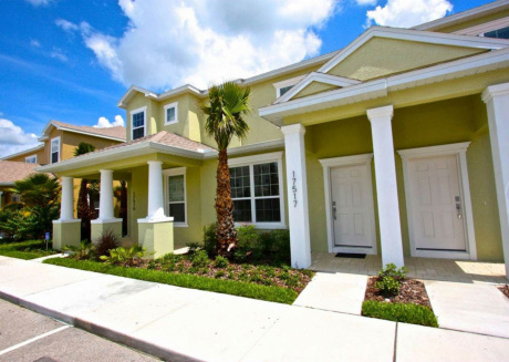 Beautiful 3 bedroom 3 bath town home in the Dream community with splash pool