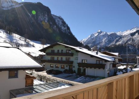 Apartments EDVI B2 - balcony and glacier view