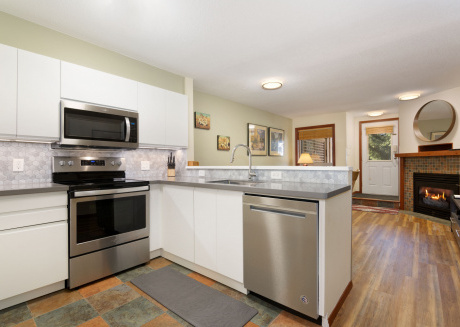 13 Glaciers Reach this 2br home has a hot tub & pool in Whistler Village