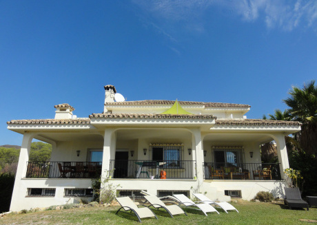 Spacious 5 bed villa with private garden and pool close to Puerto Banus/marbella