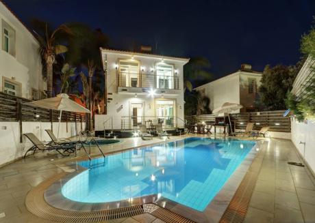 Villa Naomi, Beautiful 4bdr Central Protaras Villa with Private Pool