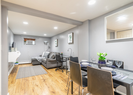 Trendy 2BR Apartment in Queen West - Free Parking!