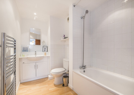 Fantastic 2 bedroom flat close to the station Free Wifi And Parking
